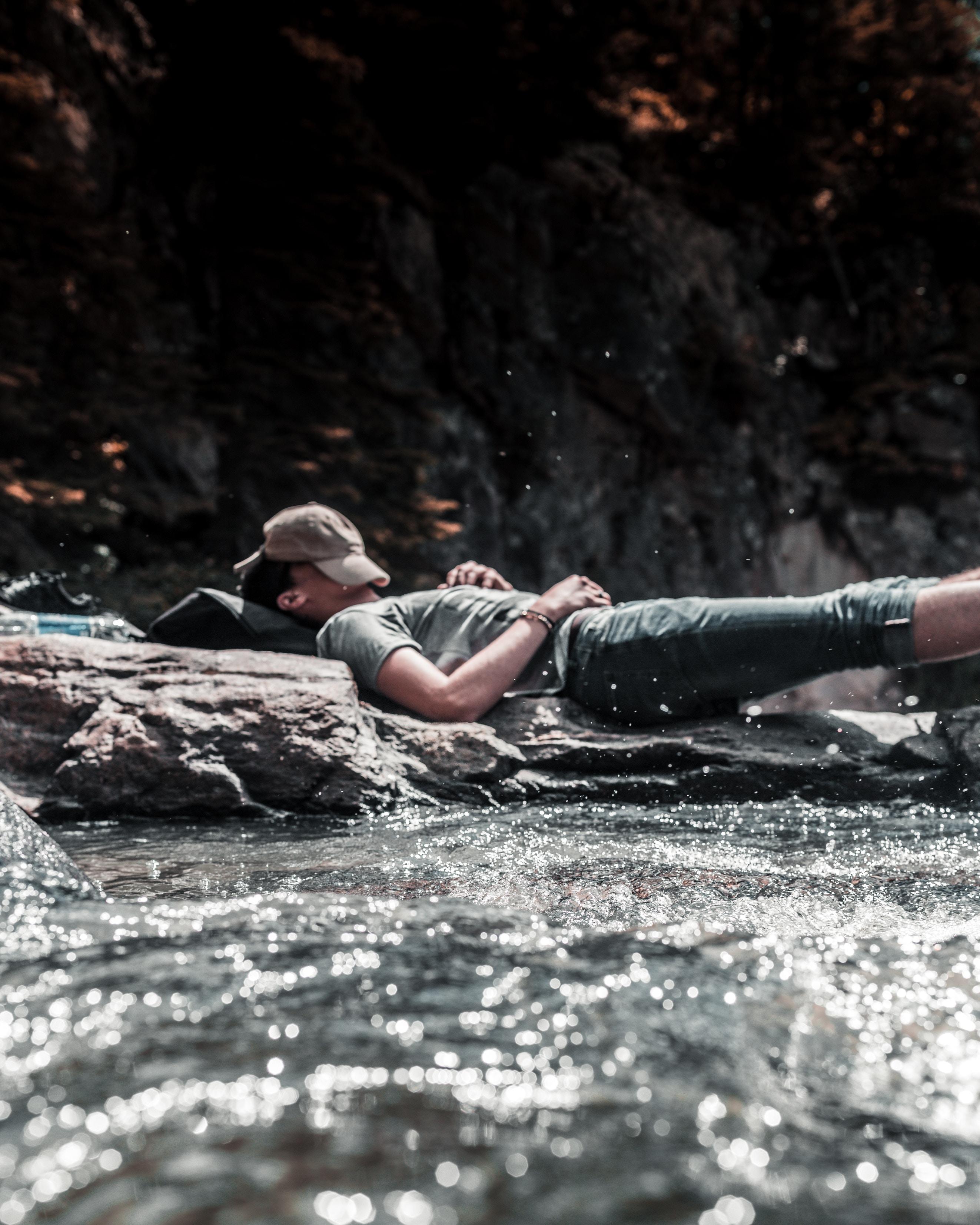 Mies meditoimassa veden äärellä