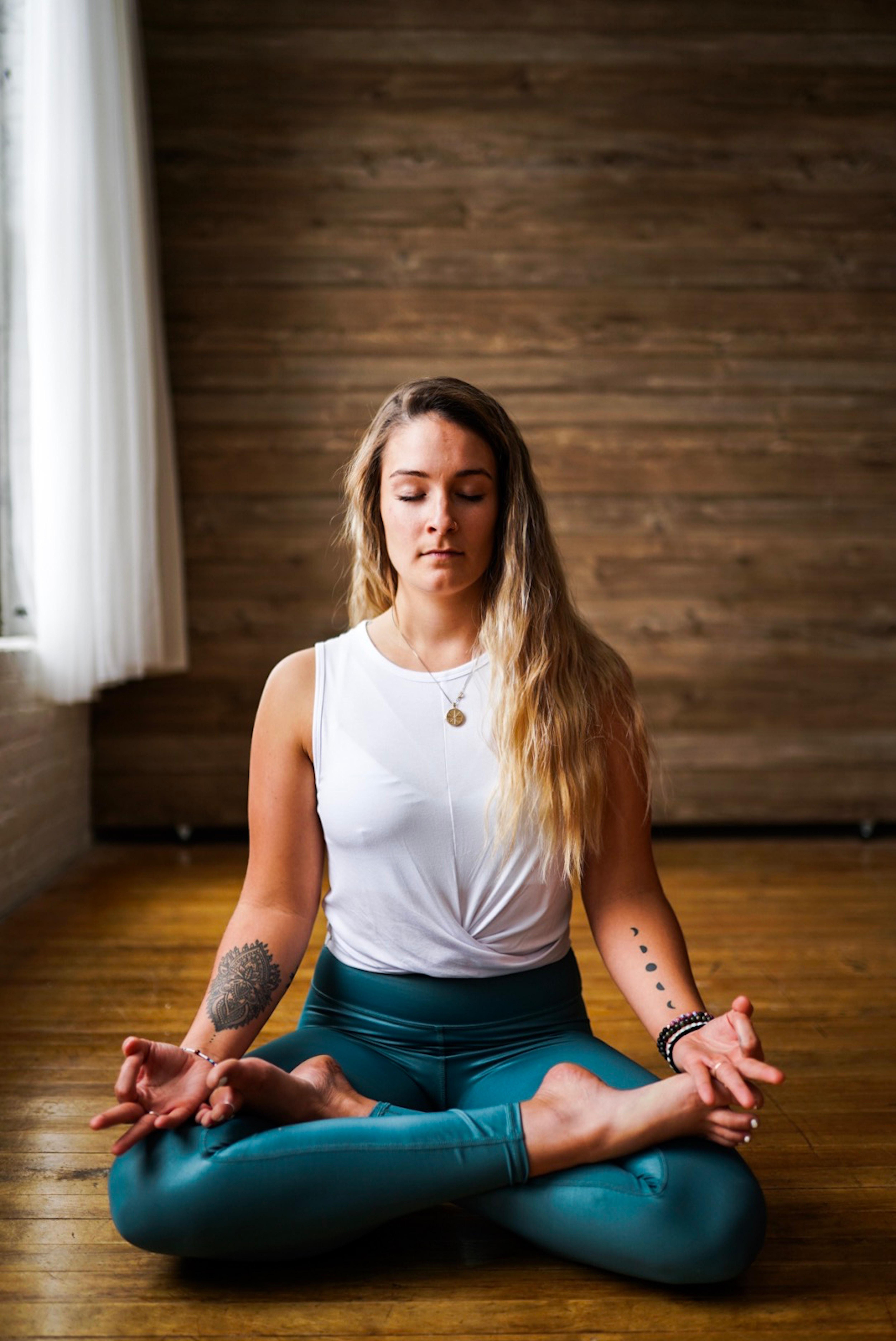 Nainen meditoimassa