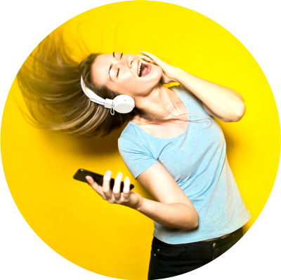 Woman_Happy_Listening_Music_Unsplash_CC0_fix
